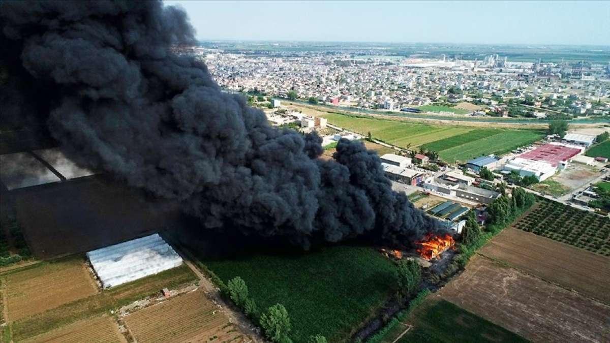 Adana'da geri dönüşüm tesisinin bahçesinde çıkan yangına müdahale ediliyor