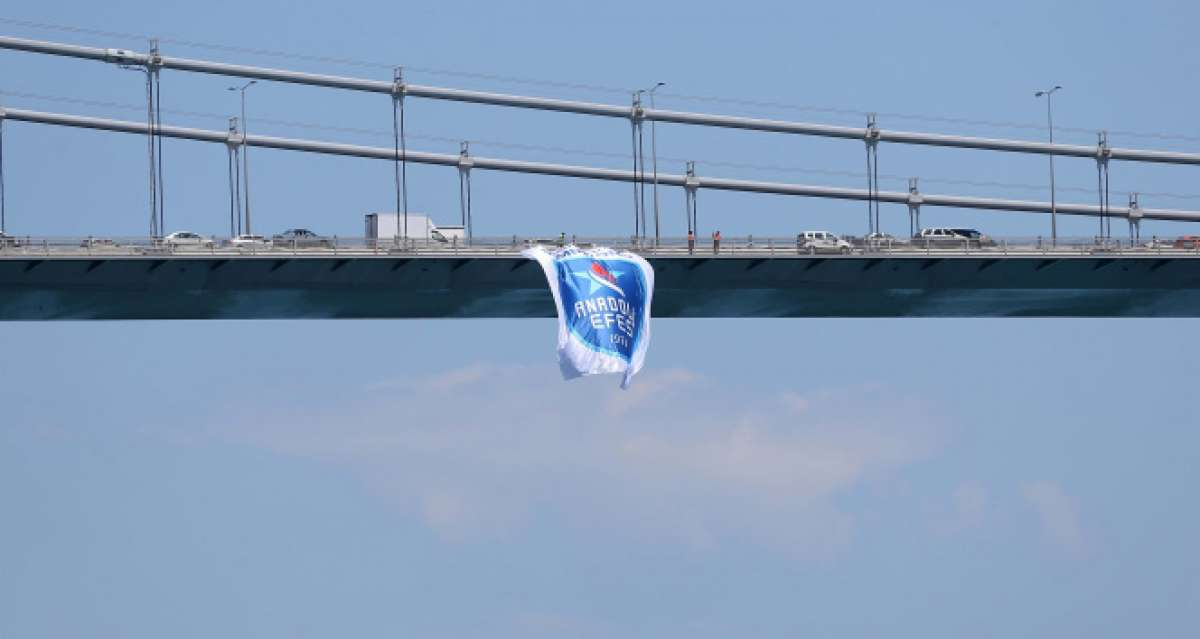 Anadolu Efes bayrakları İstanbul Boğazı'nda
