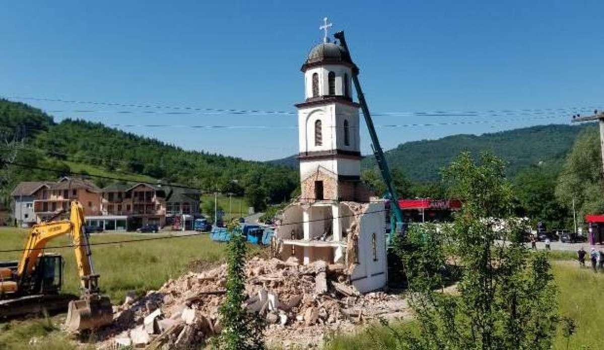 Boşnak ninenin bahçesine izinsiz yapılan kilise yıkılıyor!