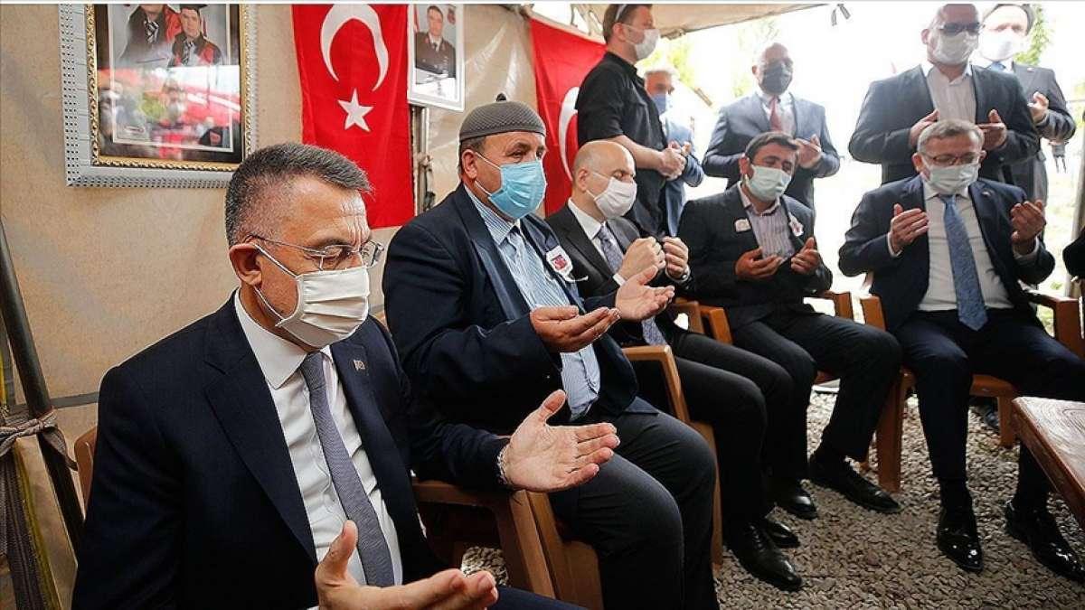 Cumhurbaşkanı Yardımcısı Oktay, şehit Teğmen Baki Koçak'ın ailesini ziyaret etti