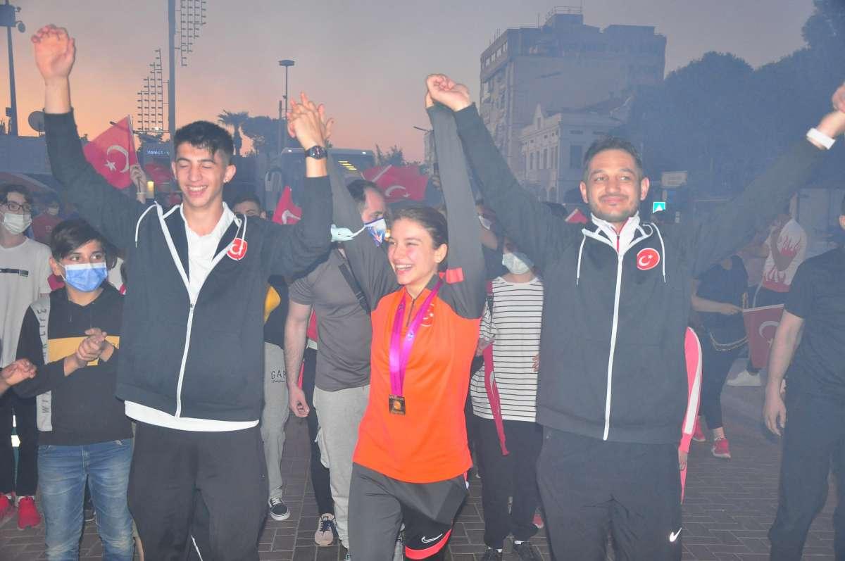 Dünya şampiyonu Ayşe Begüm Onbaşı, Manisada coşkuyla karşılandı