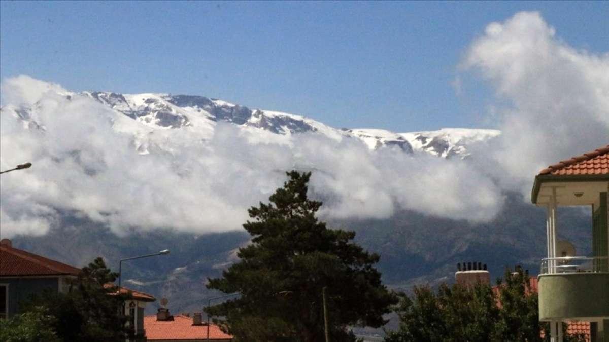 Erzincan'daki Esence ve Munzur dağları haziranda beyaza büründü