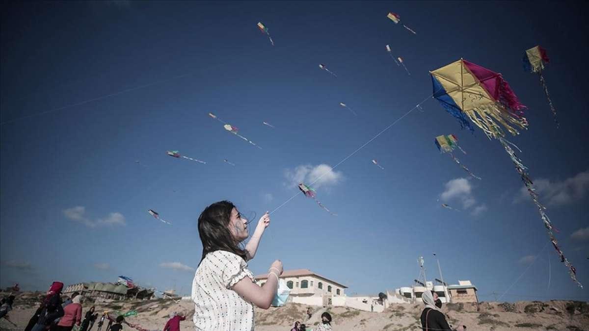 Gazze'de çocuklar uçurtma uçurarak İsrail saldırılarının psikolojik etkilerinden kurtulmaya çal