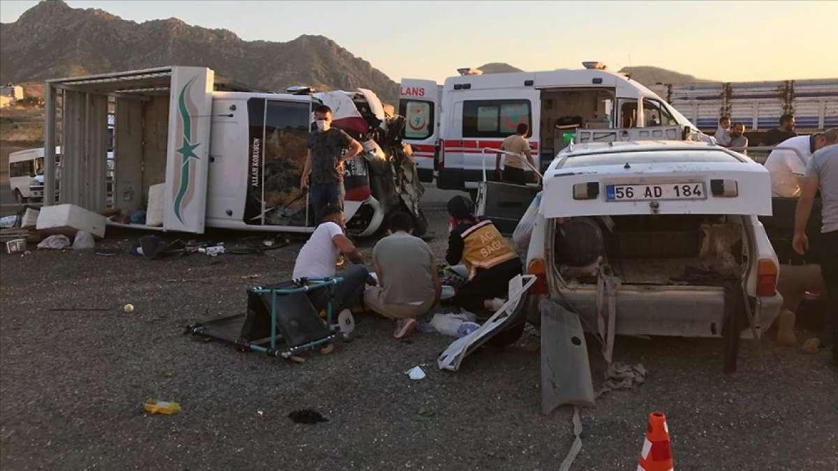Siirt'te kamyonet ve otomobil çarpıştı: 2 ölü, 7 yaralı