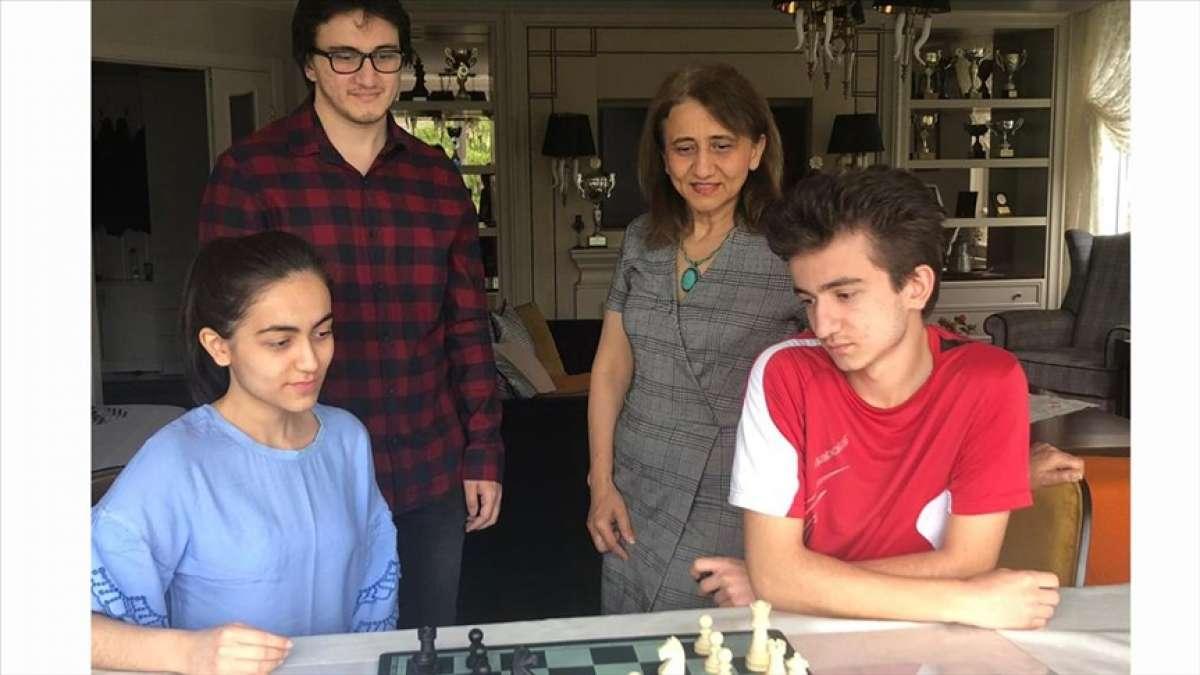Üç çocuk annesi Emine Can çocuklarının satrançla iç içe olmasından mutluluk duyuyor